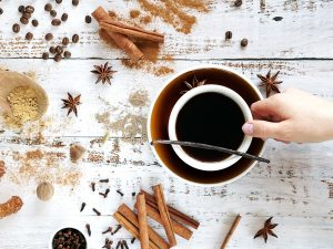 Coffee with cinnamon and other spices – what to choose to enhance the flavor? Our recipes!
