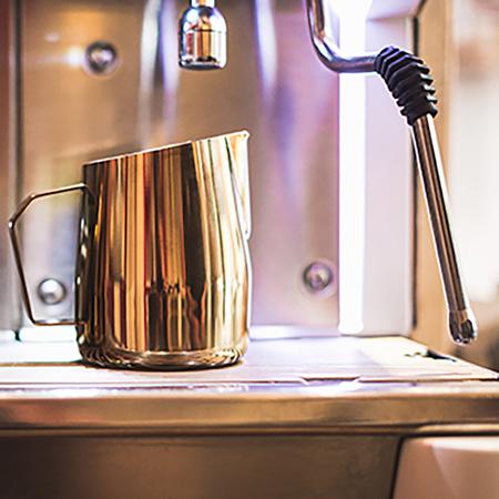 Barista & Co - Dial In Milk Pitcher Rose Brass - Dzbanek do mleka 420ml